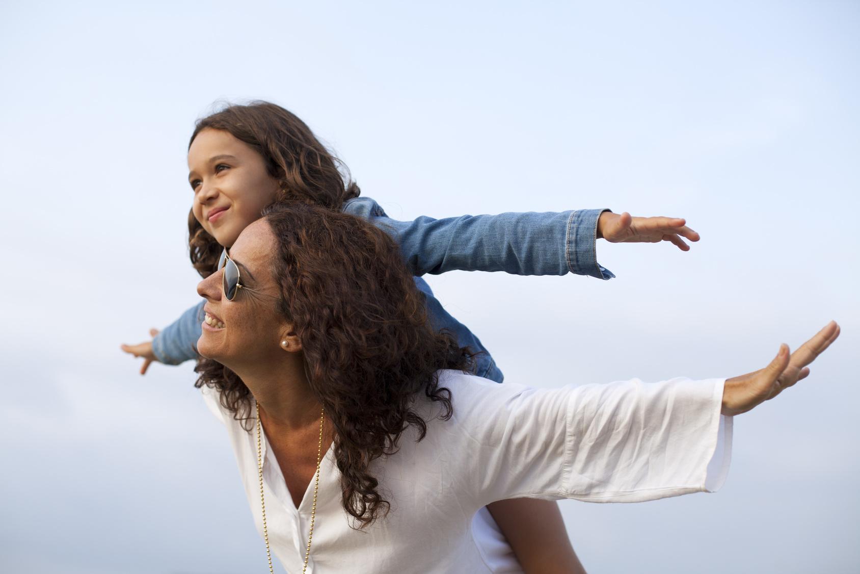 Madre e hija jugando a volar